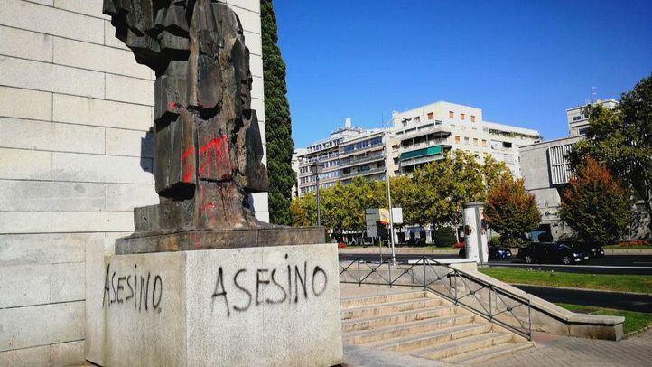 'Asesino' y 'Rojos no': vandalizada la estatua de Largo Caballero de Nuevos Ministerios