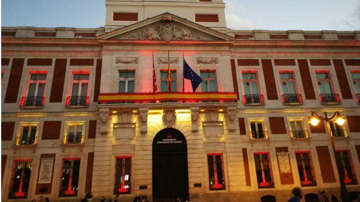 La Puerta del Sol luce los colores de la bandera de España para conmemorar el Día de la Fiesta Nacional