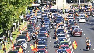 Cientos de coches se suman a la 'caravana por la libertad' convocada por Vox