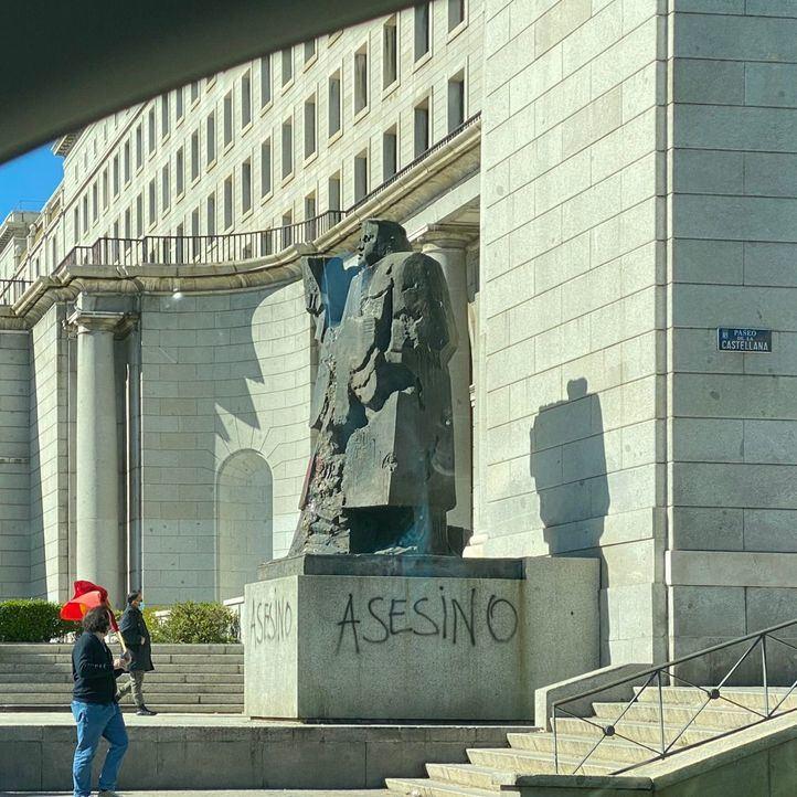 La estatua de Indalecio Prieto en Nuevos Ministerios, también vandalizada