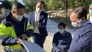Borja Carabante, delegado de Medio Ambiente y Movilidad, y Borja Fanjul, concejal presidente de Puente de Vallecas, visitan la rehabilitación del parque forestal de Entrevías.