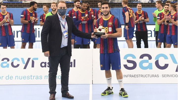 El director general de Comunicación de Sacyr, Pedro Alonso, entrega el premio al jugador revelación, Alex Pascual.