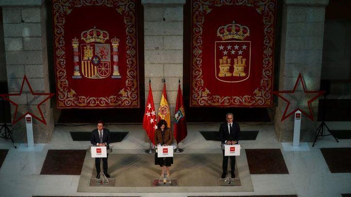 La presidenta de la Comunidad de Madrid, Isabel Díaz Ayuso, comparece en Sol junto al alcalde de la capital, José Luis Martínez Almeida, y el consejero de Sanidad, Enrique Ruiz Escudero.