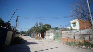 Pedradas y barricadas de los vecinos de la Cañada Real contra la Policía por los cortes de luz