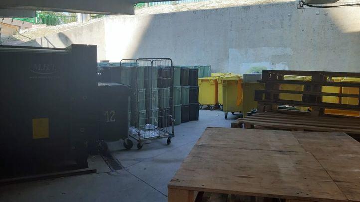 Acumulación de residuos peligrosos en el exterior de los hospitales Gregorio Marañón y 12 de Octubre