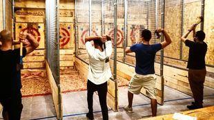 Lanzamiento de hachas: un nuevo deporte liberador de estrés