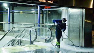 Operarios de Clece desinfectan una estación del Metro de Madrid.