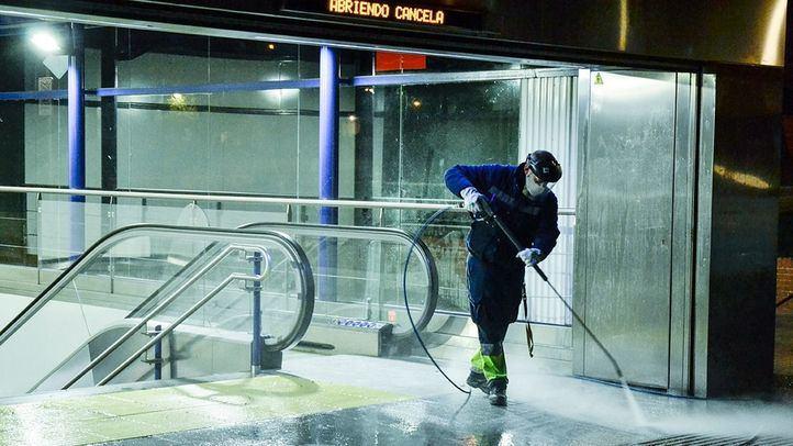 Profesionales de limpieza de Clece, claves en la exhaustiva desinfección del Metro de Madrid