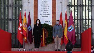 Isabel Díaz Ayuso y José Luis Martínez Almeida en la placa en homenaje a las víctimas del Covid-19