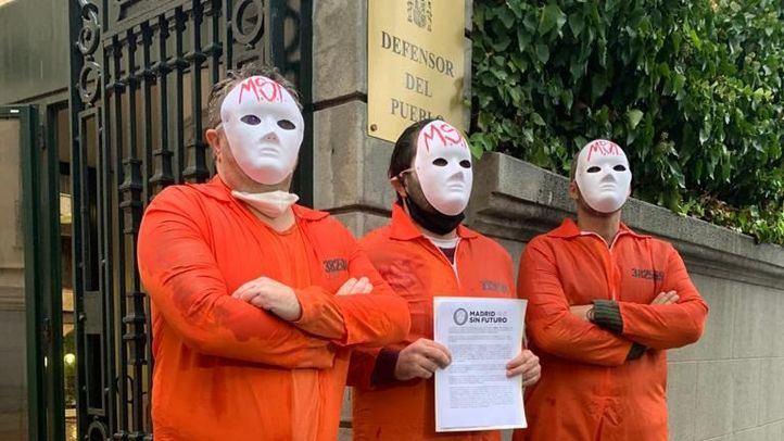 Miembros de Madrid Sin Futuro ante la sede del Defensor del Pueblo