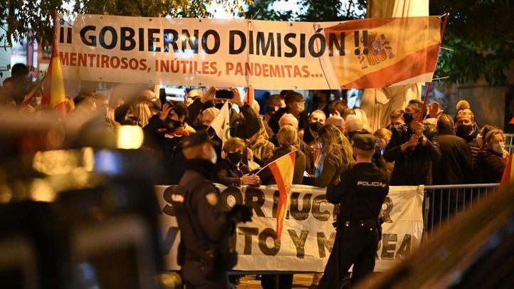 Al grito de 'Gobierno dimisión', partidarios de Vox se concentran a las puertas del Congreso
