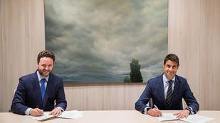 Iker Beraza, director comercial de Sareb y Daniel Caballero, director corporativo de Negocio Inmobiliario de CaixaBank, en la firma del acuerdo.