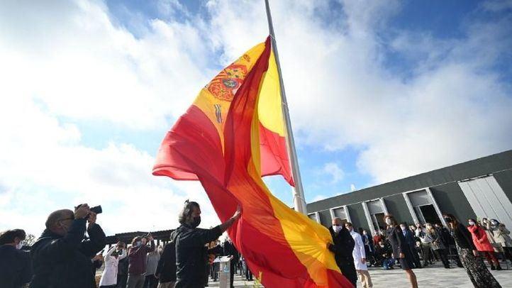 Una bandera de 75 metros cuadrados de superficie homenajea a las víctimas de la pandemia