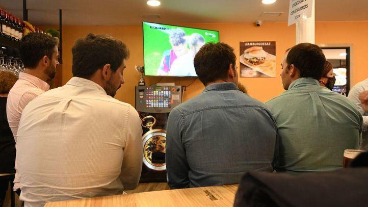 Ambiente en los bares madrileños durante el partido entre el Barcelona y el Real Madrid