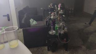 Los denunciados se encontraban bebiendo, bailando y fumando cachimbas dentro del local a altas horas de la madrugada