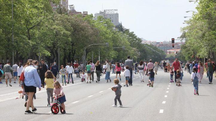Más Madrid propone sacar los comercios a las aceras y las aulas a los parques