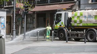 Limpieza en la calle Atocha.
