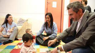 La vicealcaldesa, Begoña Villacís, y el delegado de Familias, Igualdad y Bienestar Social, Pepe Aniorte, visitan una escuela infantil.