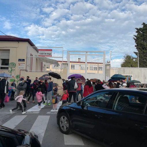 Aceras estrechas y aglomeraciones a la entrada del colegio Lope de Vega