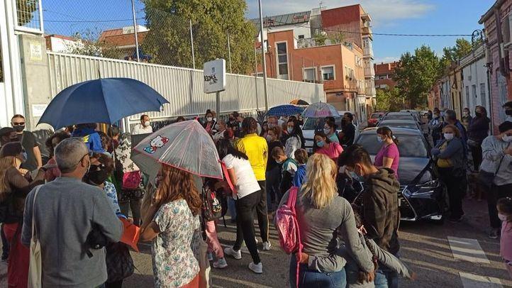 Aceras estrechas y aglomeraciones a la entrada del colegio: las familias del Lope de Vega temen atropellos