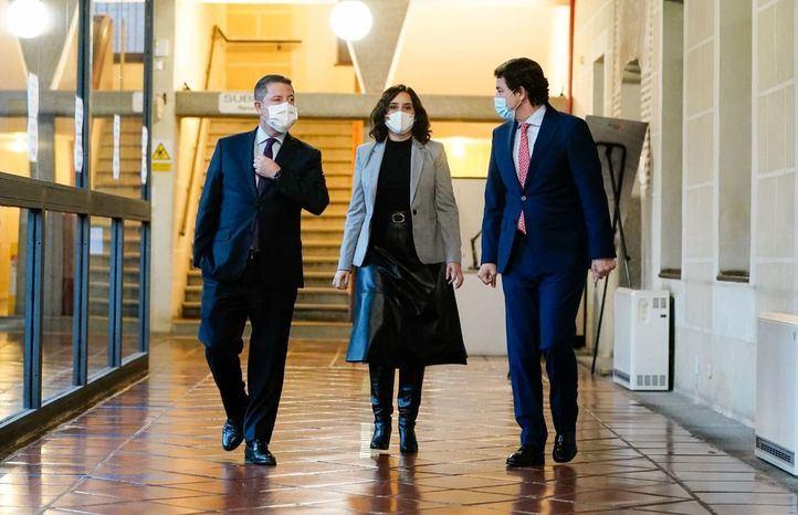 La presidenta de la Comunidad de Madrid se reúne con los presidentes de Castilla la Mancha y Castilla y León para establecer medidas de coordinación contra la Covid-19