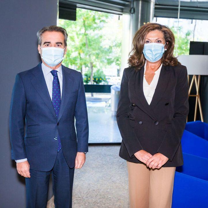 Rafael Herrador, director territorial Centro de CaixaBank y la ganadora del premio, Maria Julia Gonzalo, directiva de de Congelados CientoCinco S.L