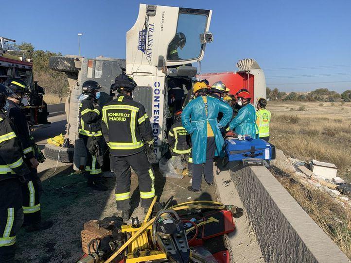 Herido grave al volcar su camión cargado de escombros