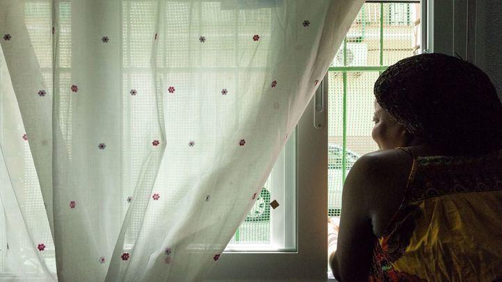 Mujer asomada a una ventana