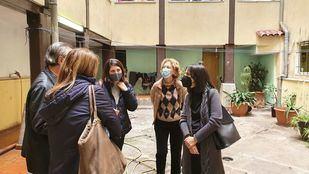Las concejalas de Urbanismo y Servicios Sociales del Grupo Municipal Socialista, Mercedes González y Maite Pacheco en la Casona de Doña Carlota