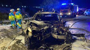 Uno de los vehículos implicados en el accidente ardió