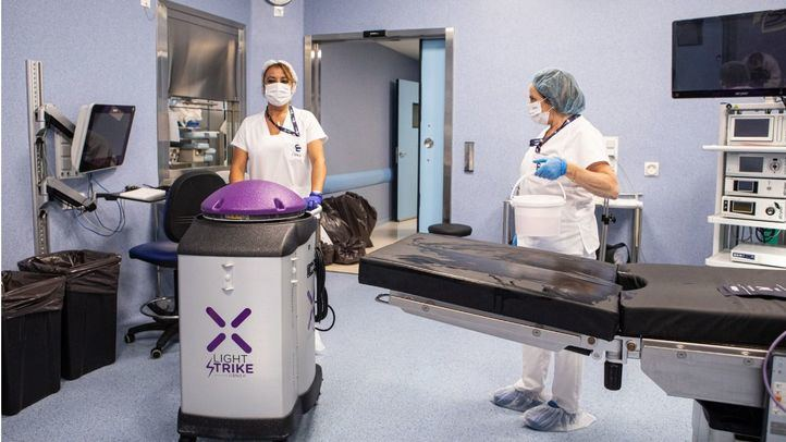 Personal de limpieza de Clece en un hospital medicalizado.