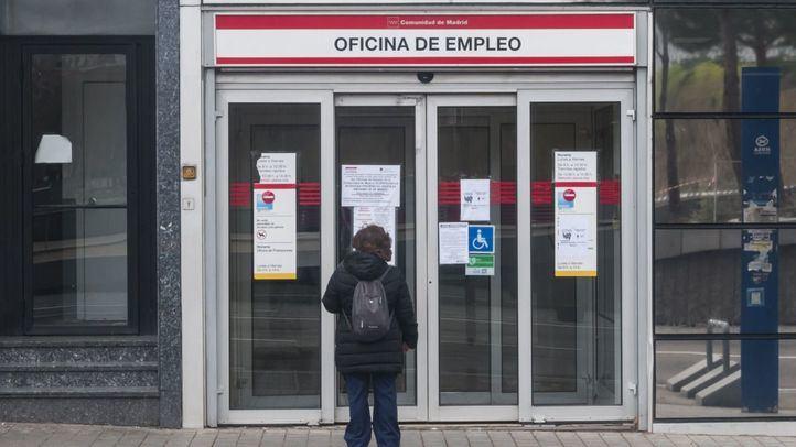 Mujer a las puertas de una Oficina de Empleo