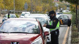 Controles policiales en Navacerrada para confirmar que los visitantes no proceden de áreas confinadas