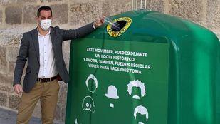 Ricardo Sevilla, gerente de Ecovidrio depositando un recipiente en el contenedor de vidrio