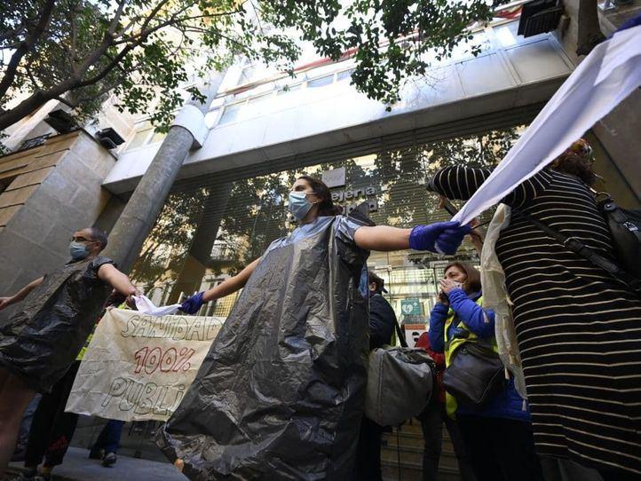 Sanitarios se desnudan para protestar por la gestión de la Covid