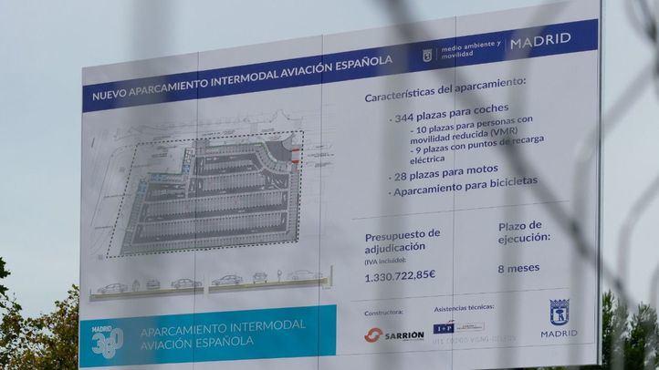 Cartel que informa sobre el aparcamiento en construcción.