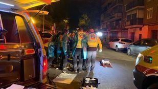 Los servicios de emergencias atienden a los dos heridos por apuñalamiento en Villaverde