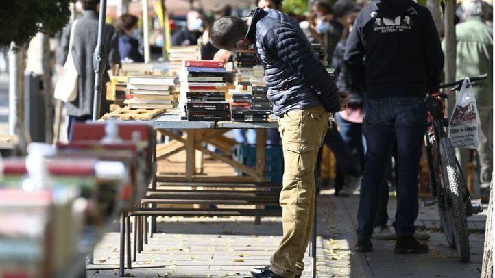 Famosos escritores se convierten en libreros de la Cuesta de Moyano por un día