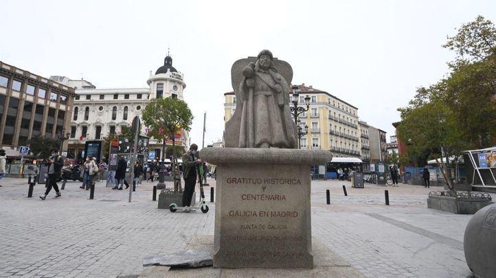 Destrozado el Cruceiro de la plaza de Jacinto Benavente