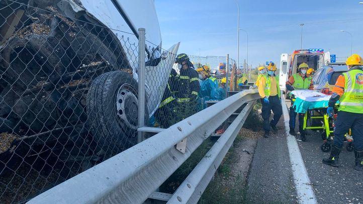 Rescatado el conductor de una furgoneta atrapado bajo un camión