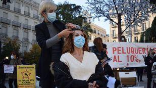 Protesta frente al Congreso de los Diputados para bajar el IVA al 10% en peluquerías y centros de estética