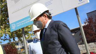El alcalde, José Luis Martínez-Almeida, visita las obras del aparcamiento disuasorio en Fuente de la Mora junto al delegado de Medio Ambiente y Movilidad, Borja Carabante.