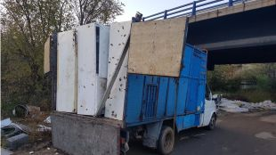 Camión con los frigoríficos que dos individuos pretendían abandonar en el Parque Regional del Río Guadarrama.