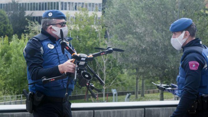 Agentes con un dron de vigilancia.