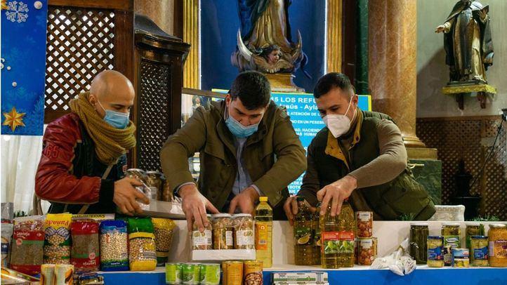 El Padre Ángel instala en San Antón una cesta gigante de Navidad para donaciones destinadas a la Gran Recogida
