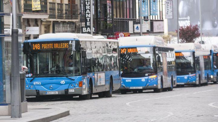 Autobús 148 Puente de Vallecas, autobús 147, Barrio del Pilar, y otros autobuses estacionados