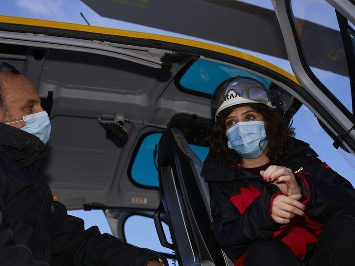 Isabel Díaz Ayuso montada en un helicóptero del Plan de Inclemencias Invernales 2020/2021