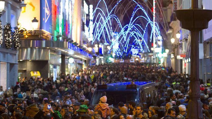Calle Preciados atestada de personas en el Puente de la Inmaculada en una foto de archivo.