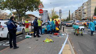 Los servicios de emergencias atienden a las atropelladas.