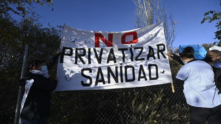 Protestas y gritos de 'dimisión' a la llegada de Ayuso al hospital